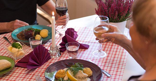 I Allégårdens hemtrevliga restaurang serverar våra egna kockar goda och vällagade måltider. Här kan du äta i lugn och ro och bli väl omhändertagen av vår personal.
